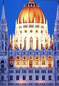 Величественное здание Парламента хранит коронационные регалии святого Иштвана, государства