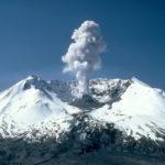 Вулкан Карымский на Камчатке выбросил двухкилометровый столб пепла