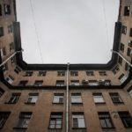 В Петербурге мальчик выжил после падения с 4-го этажа